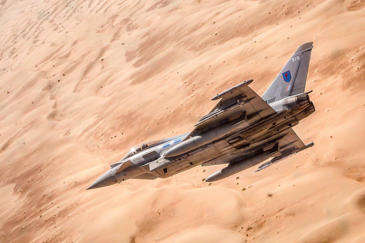 """Истребитель Eurofighter Typhoon FGR.4 (британский военный номер ZK318, серийный номер 308/BS079) из состава 6-й эскадрильи ВВС Великобритании в ходе учений """"Magic Carpet"""" в Омане, ноябрь 2017 года."""