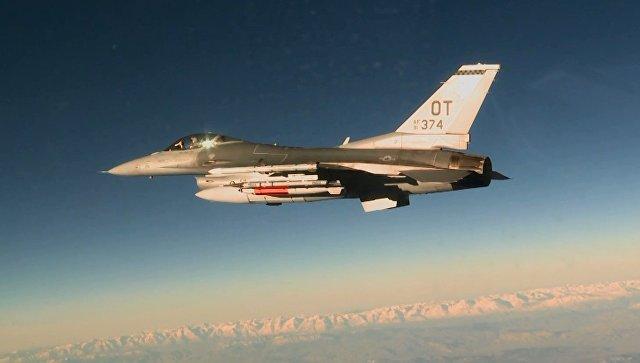 Американский истребитель F-16C с авиабомбой B61-12.