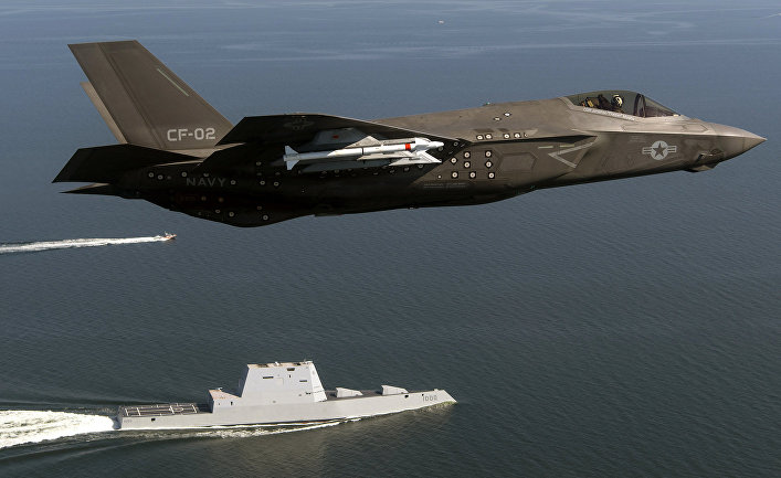 Истребитель F-35 и эсминец Зумвальт.
