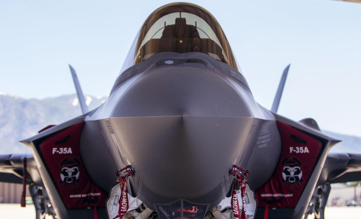 Истребитель F-35A Lightning II под навесом на базе Хилл, 30 июня 2017.