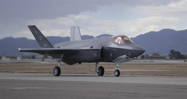 Истребитель F-35A на базе Люк ВВС США (Аризона, 14 декабря 2014).
