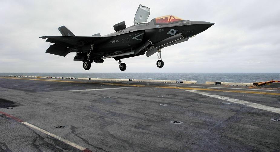 Истребитель F-35B приземляется на палубу USS Wasp.