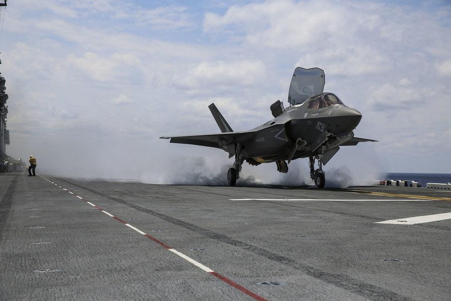 Истребитель F-35B взлетает с палубы десантного транспорт-дока USS Wasp.
