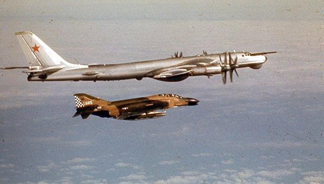 Истребитель F-4 Phantom выполняет фигуру высшего пилотажа.