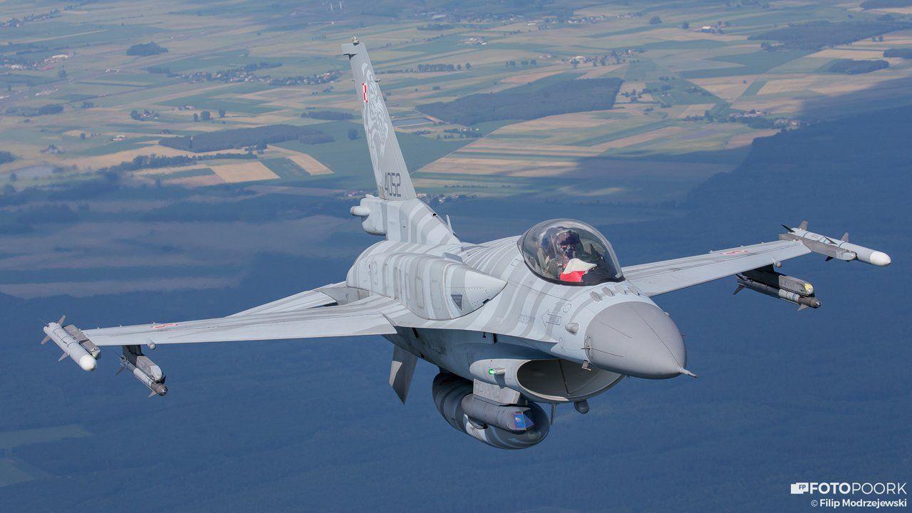 """Истребитель Lockhed Martin F-16C/D Block 52+ из состава 3-й тактической истребительной эскадрильи ВВС Польши (бортовой номер 4052, серийный номер JC-13) с подвешенными на законцовках крыла ракетами Raytheon AIM-120C-5 AMRAAM класса """"воздух-воздух"""" средней дальности с активной радиолокационной системой наведения. Август 2016 года."""