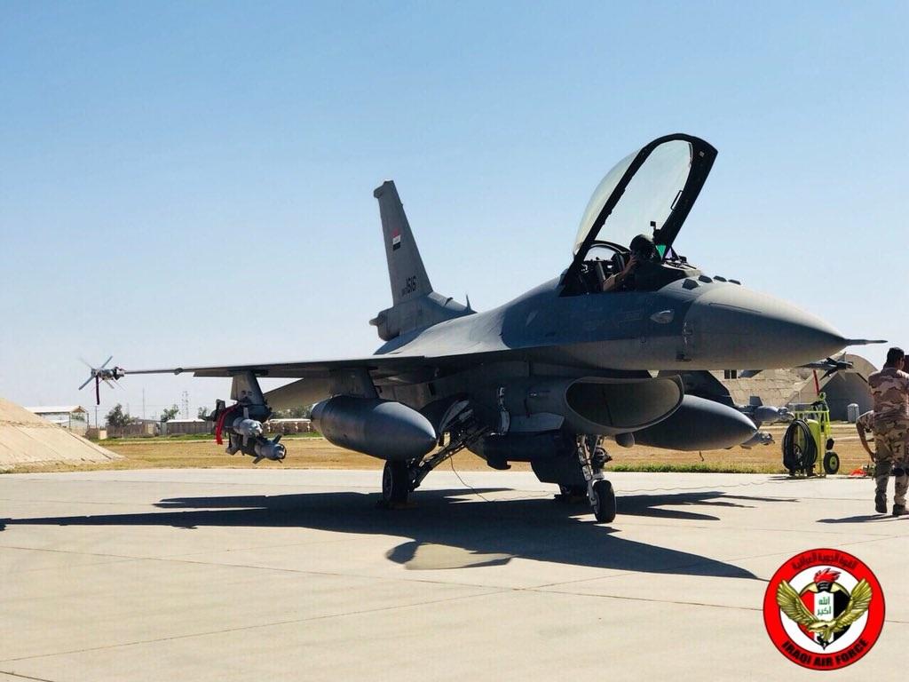 """Истребитель Lockheed Martin F-16IQ (F-16C Block 52) Fighting Falcon (бортовой номер IQAF-1616, серийный номер RA-10, номер ВВС США 12-0013) из состава 9-й эскадрильи ВВС Ирака на авиабазе Балад перед вылетом для нанесения удара по объектам, занимаемым боевиками """"Исламского государства"""" на сирийской территории в районе иракско-сирийской границы, 19.04.2018."""