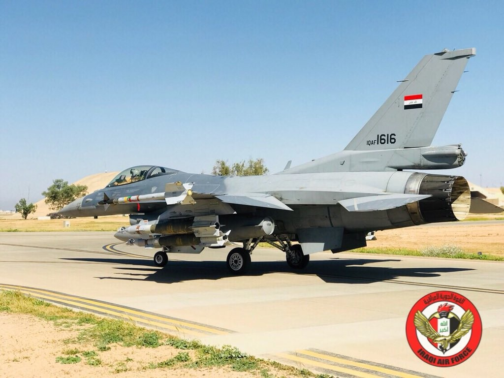 "Истребитель Lockheed Martin F-16IQ (F-16C Block 52) Fighting Falcon (бортовой номер IQAF-1616, серийный номер RA-10, номер ВВС США 12-0013) из состава 9-й эскадрильи ВВС Ирака на авиабазе Балад перед вылетом для нанесения удара по объектам, занимаемым боевиками ""Исламского государства"" на сирийской территории в районе иракско-сирийской границы, 19.04.2018."
