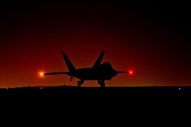 Истребитель Lockheed Martin F-22A Raptor из состава 380-го авиационного экспедиционного крыла Центрального командования ВВС США отправляется в боевой вылет с авиабазы Аль-Дафра (ОАЭ), 13.02.2018.