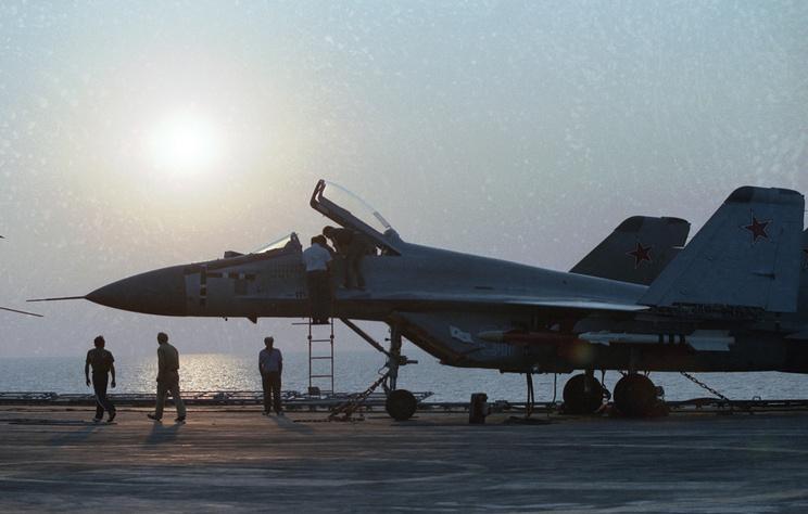 """Истребитель МиГ-29К во время испытаний на палубе тяжелого авианесущего крейсера """"Тбилиси"""", 1990 год."""