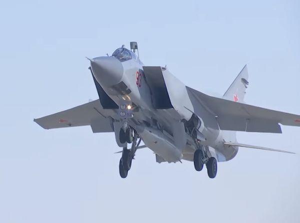 """Истребитель МиГ-31 с ракетой """"Кинжал"""""""