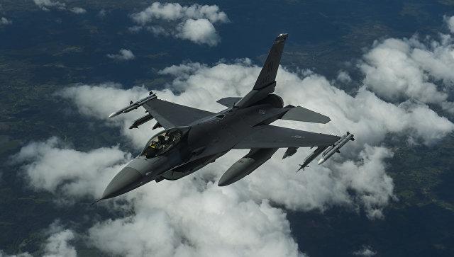 Истребитель НАТО F-16. Архивное фото
