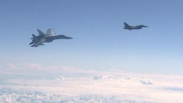 Истребитель НАТО F-16 и российский истребитель Су-27 над водами Балтики.