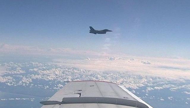 Истребитель НАТО F-16 в момент сближения с самолетом министра обороны РФ Сергея Шойгу.