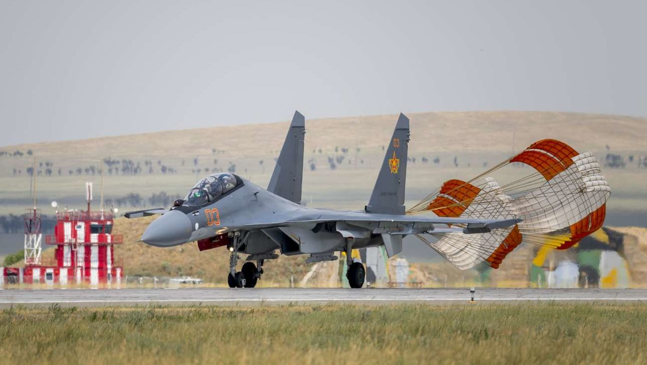 """Истребитель Су-30СМ (бортовой номер """"03 красный"""", серийный номер 10МК5 1120) из состава 604-й авиационной базы Сил воздушной обороны Казахстана. Талдыкорган, август 2017 года."""