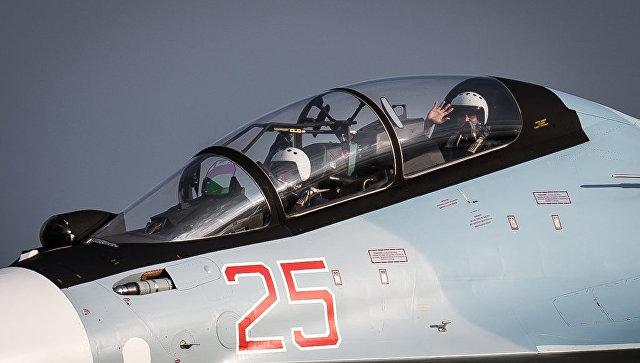 Российско-индийский экипаж истребителя Су-30СМ на совместных учениях.