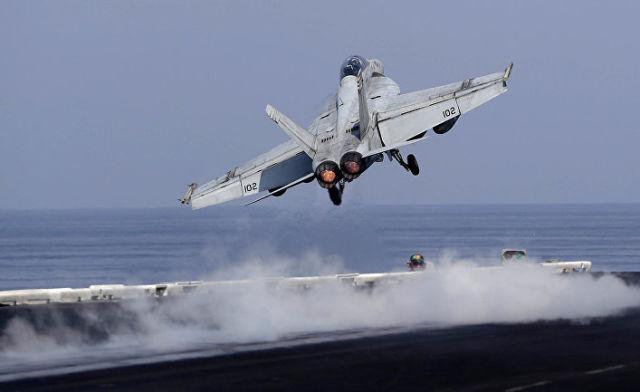 """Истребитель ВМС США взлетает с палубы авианосца США """"Дуайта Д. Эйзенхауэра"""" в Персидском заливе"""