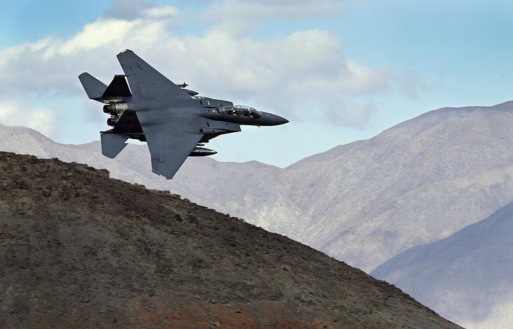 Истребитель-бомбардировщик F-15E.