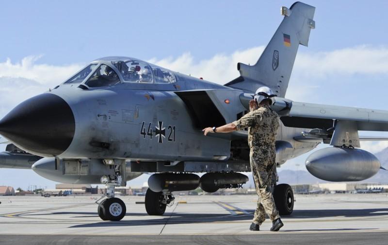 Истребитель-бомбардировщик Panavia Tornado IDS (,бортовой номер 44+21, серийный номер 308/GS083/4121) из состава 51-й тактической авиационной эскадры (TLG51) ВВС Германии (c) horseedmedia.net.