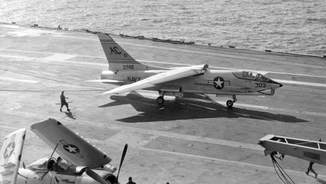 """ИстребительF-8 Crusader готовится к взлетуспалубы авианосца ВМС США """"Саратога""""."""