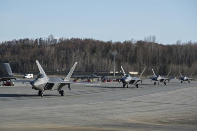 Истребители Lockheed Martin F-22A Raptor из состава 3-го крыла ВВС США на авиабазе Эльмендорф-Ричардсон (Аляска), 05.05.2020