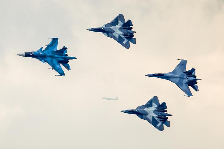 Истребители Су-34, Су-57 и Су-35.