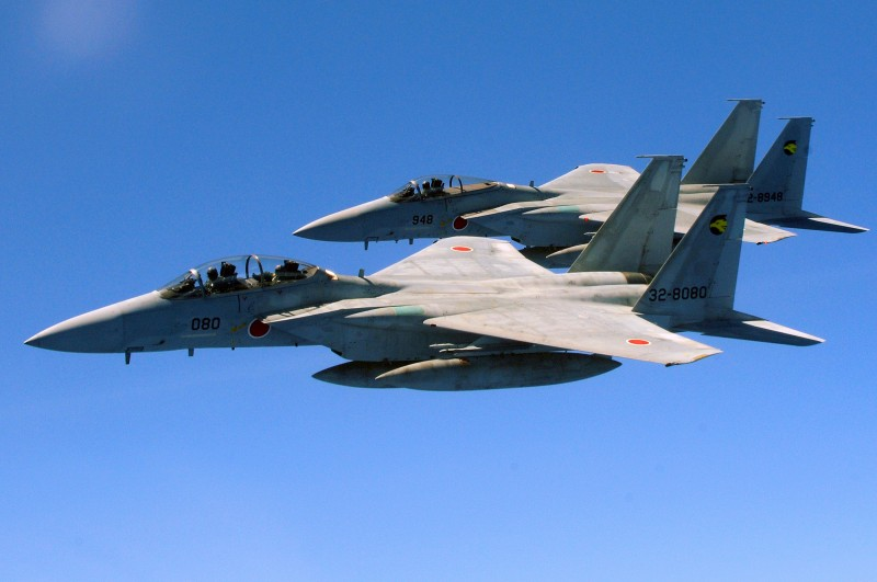 Истребители Boeing F-15CJ/DJ Eagle Военно-воздушных Сил самообороны Японии.