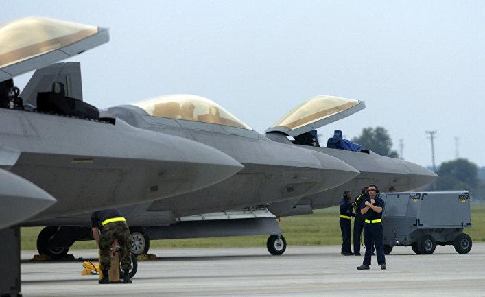 Истребители F-22 Raptor на военной базе в Хэмптоне.