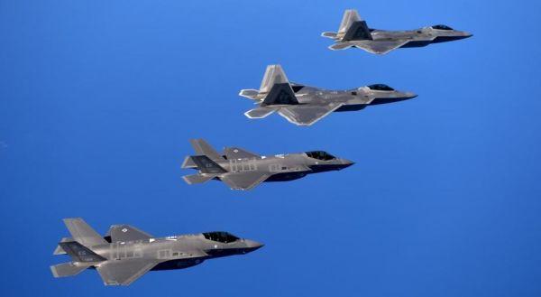 Истребители F-22 (вверху) и F-35 (внизу).