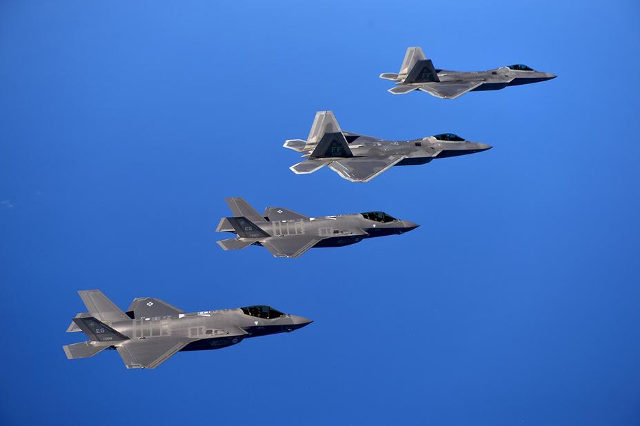 Истребители F-35 и F-22 в одном строю.
