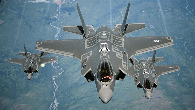 Истребители Lockheed Martin F-35A Lightning II ВВС США, снимок 13.07.2016. Развертывание серийного производства истребителей F-35 является одним из главных факторов, позволяющих американской корпорации Lockheed Martin прочно удерживать позицию лидирующего мирового военного производителя во всех рейтингах, включая рейтинг SIPRI за 2016 год.