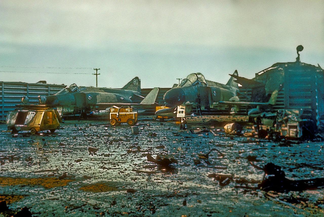 Истребители McDonnell Douglas F-4С Phantom II из состава 390-й тактической истребительной эскадрильи ВВС США, поврежденные в капонире в результате ракетного обстрела американской авиабазы Дананг (Южный Вьетнам) 15.07.1967.