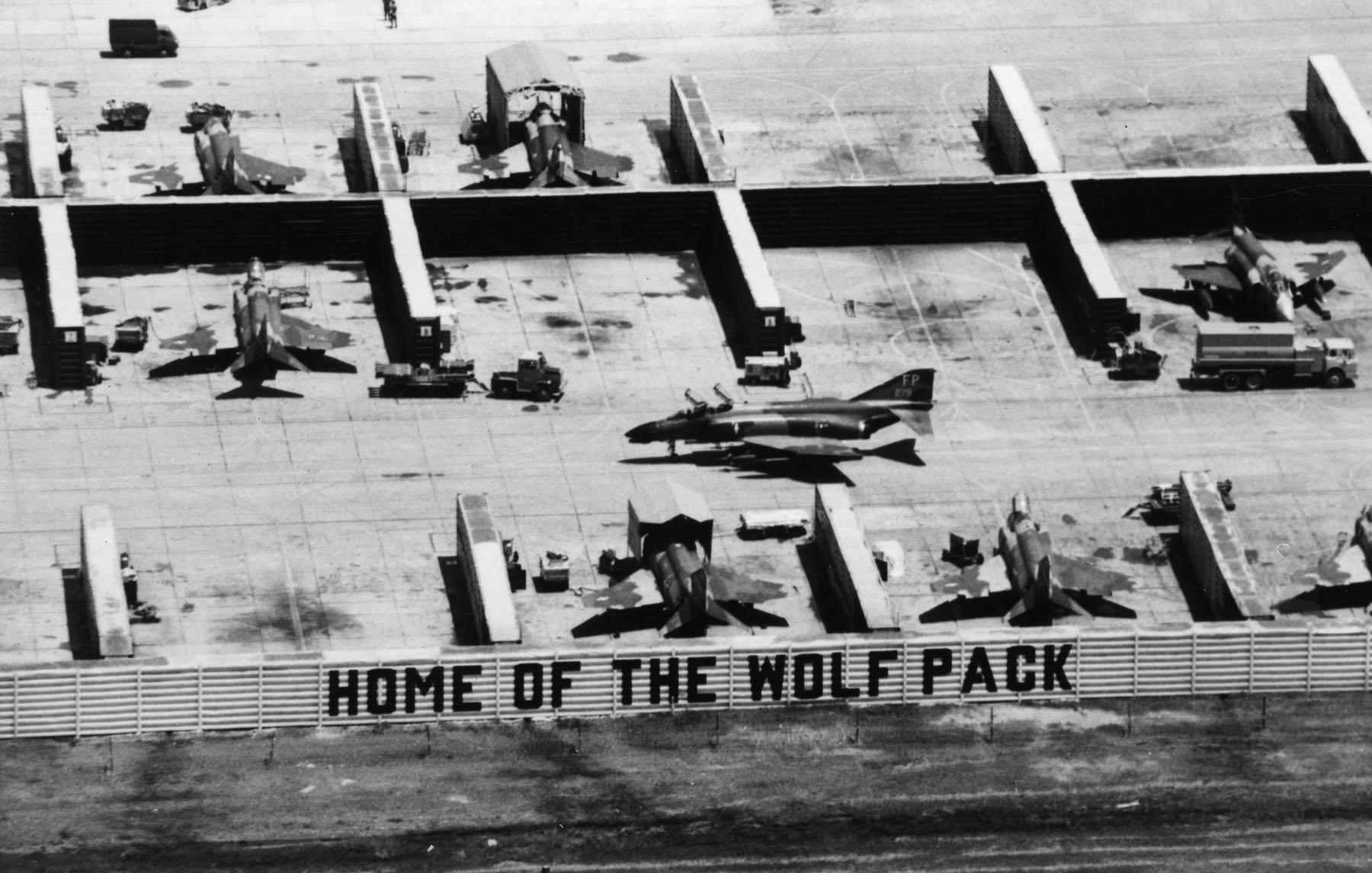 """Наряду с базами во Вьетнаме, защитные капониры """"вьетнамского типа"""" для авиационной техники строились американцами в тот период и на своих базах в сопредельных странах. Здесь истребители McDonnell F-4D Phantom II из состава 8-го тактического истребительного крыла ВВС США в капонирах на авиабазе Удон в Таиланде, 1967 год."""
