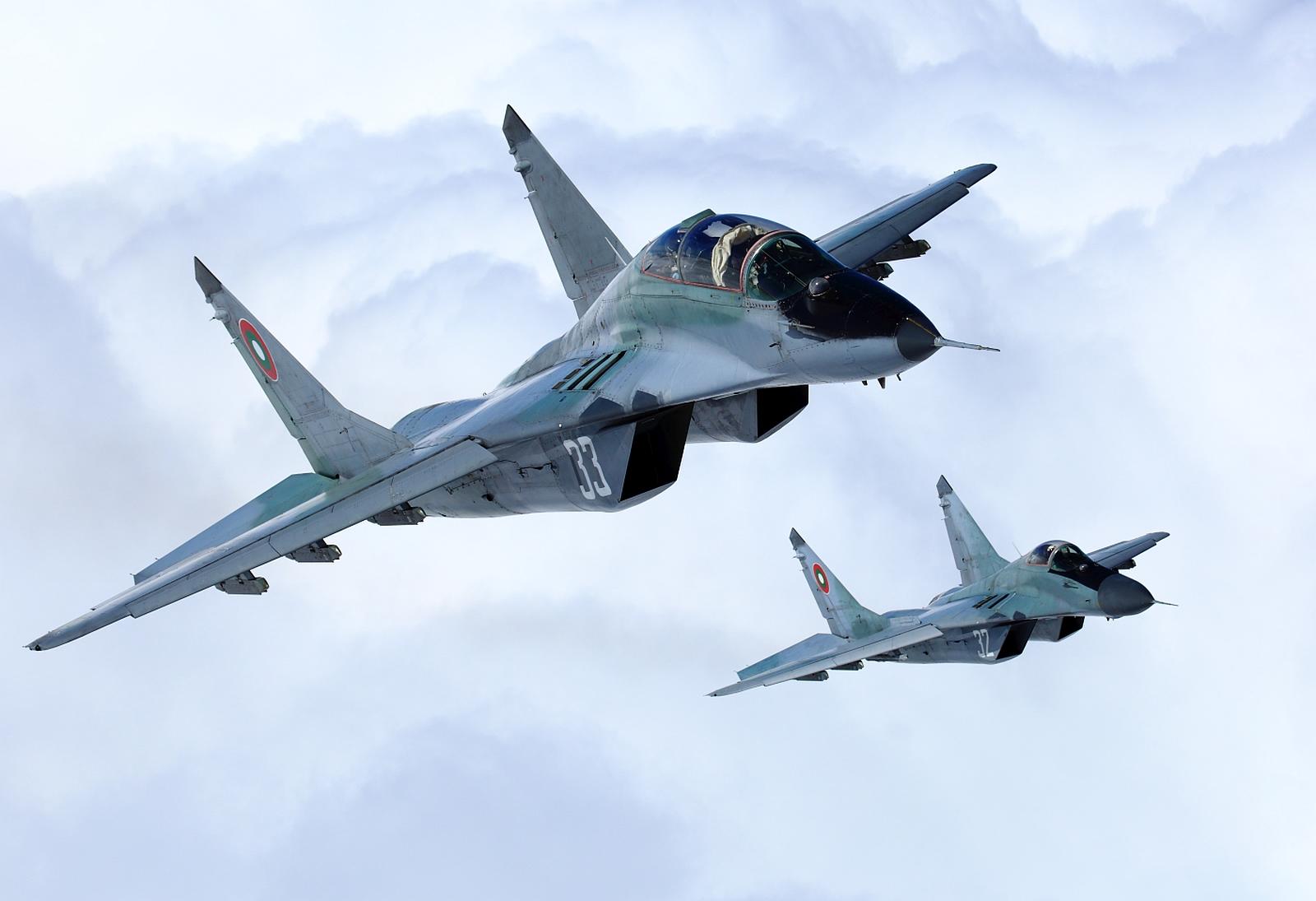 """Истребители МиГ-29 ВВС Болгарии в полете (учебно-боевой МиГ-29УБ с бортовым номером """"33"""" и одноместный МиГ-29 с номером """"32"""")."""