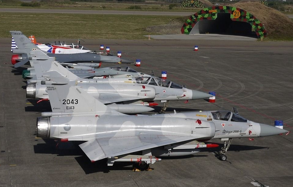 Истребители Mirage-2000-5 ВВС Тайваня (на переднем плане).