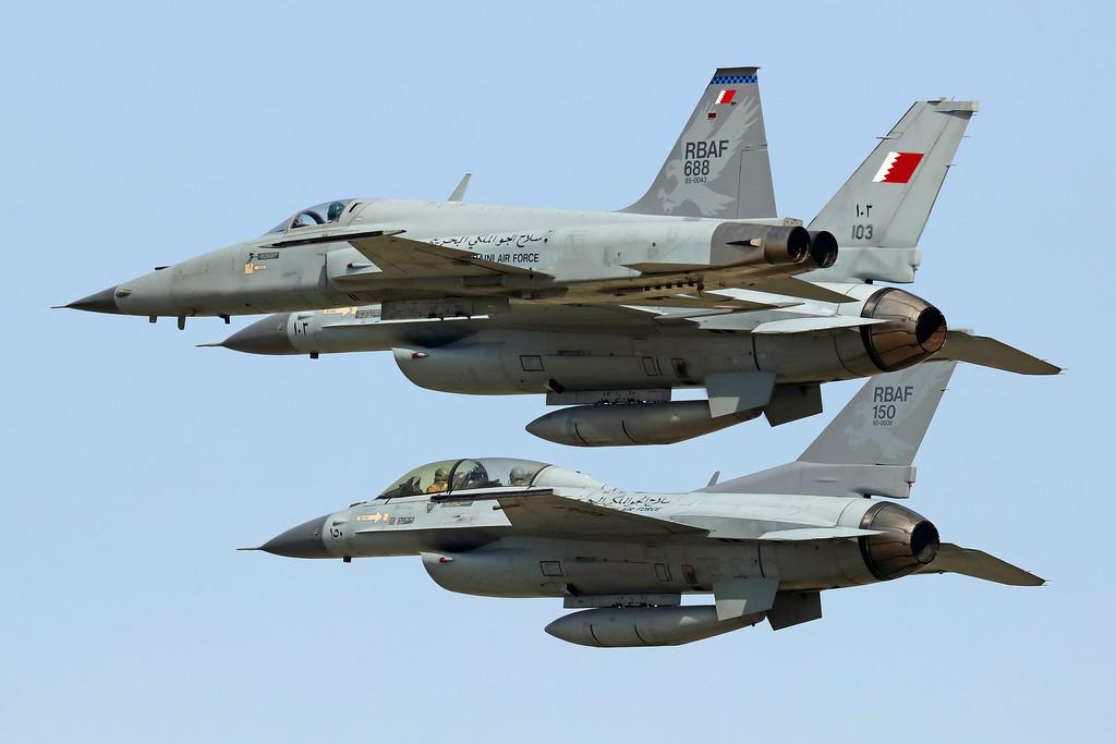 """Истребители Northrop F-5E Tiger II (бортовой номер """"688""""), Lockheed Martin F-16C Block 40 (бортовой номер """"103"""") и F-16D Block 40 (бортовой номер """"150"""") Королевских ВВС Бахрейна. Манама, январь 2016 года."""