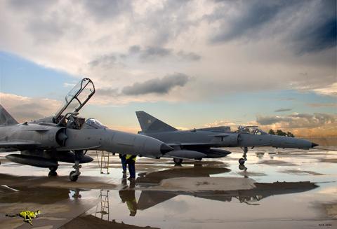Прибывшие на хранение на предприятие Denel Aviation южноафриканской группы Denel после снятия с вооружения ВВС ЮАР двухместные учебно-боевые истребители Сheetah D, 27.05.2008.