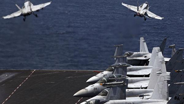 Истребители США F/A-18 взлетают с палубы авианосца США USS George H.W. Bush в Персидском заливе