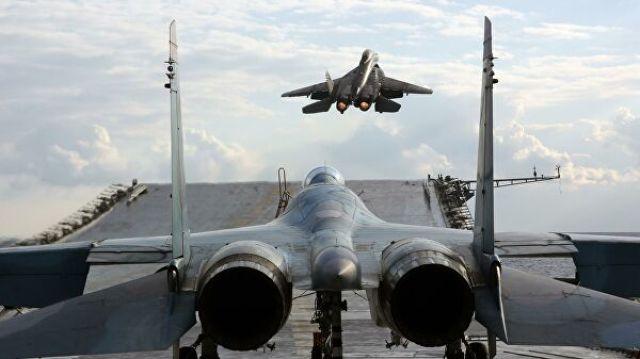 """Истребители Су-33 и МиГ-29К на палубе тяжелого авианесущего крейсера """"Адмирал Кузнецов"""" в Средиземном море"""