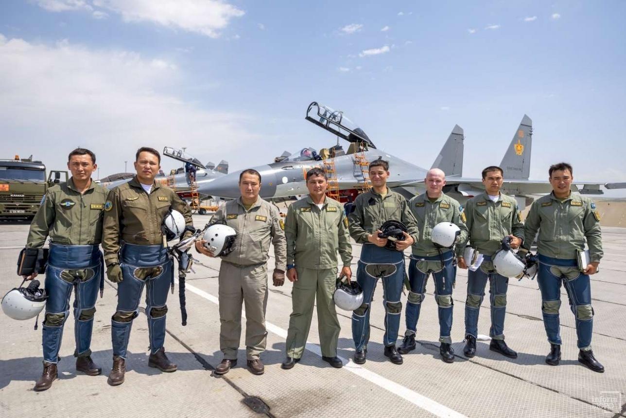 """Летный состав формируемой пилотажной группы """"Арланы"""" Сил воздушной обороны Казахстана на истребителя Су-30СМ. Талдыкорган, август 2017 года."""