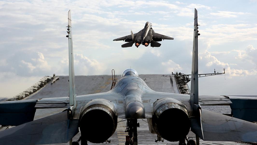 """Истребители Су-33 и МиГ-29К на палубе тяжелого авианесущего крейсера """"Адмирал Кузнецов""""."""
