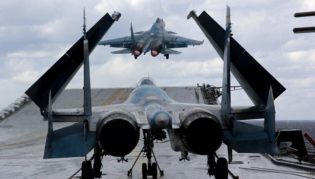 Истребители Су-33 и МиГ-29К на палубе тяжелого авианесущего крейсера Адмирал Кузнецов. Архивное фото.