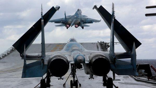 Истребители Су-33 и МиГ-29К на палубе тяжелого авианесущего крейсера Адмирал Кузнецов. Архивное фото