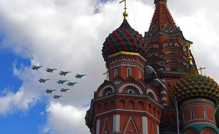 Истребители Су-35, Су-27 и Су-34 пролетают над Красной площадью во время репетиции воздушной части Парада Победы.