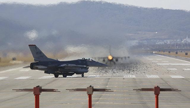 Истребители ВВС США F-16 на авиабазе Осана во время совместных учений с Южной Кореей. 4 декабря 2017.