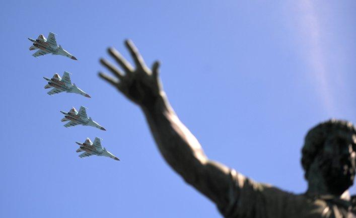 Истребители-бомбардировщики Су-34 на военном параде, посвященном 73-й годовщине Победы в ВОВ.