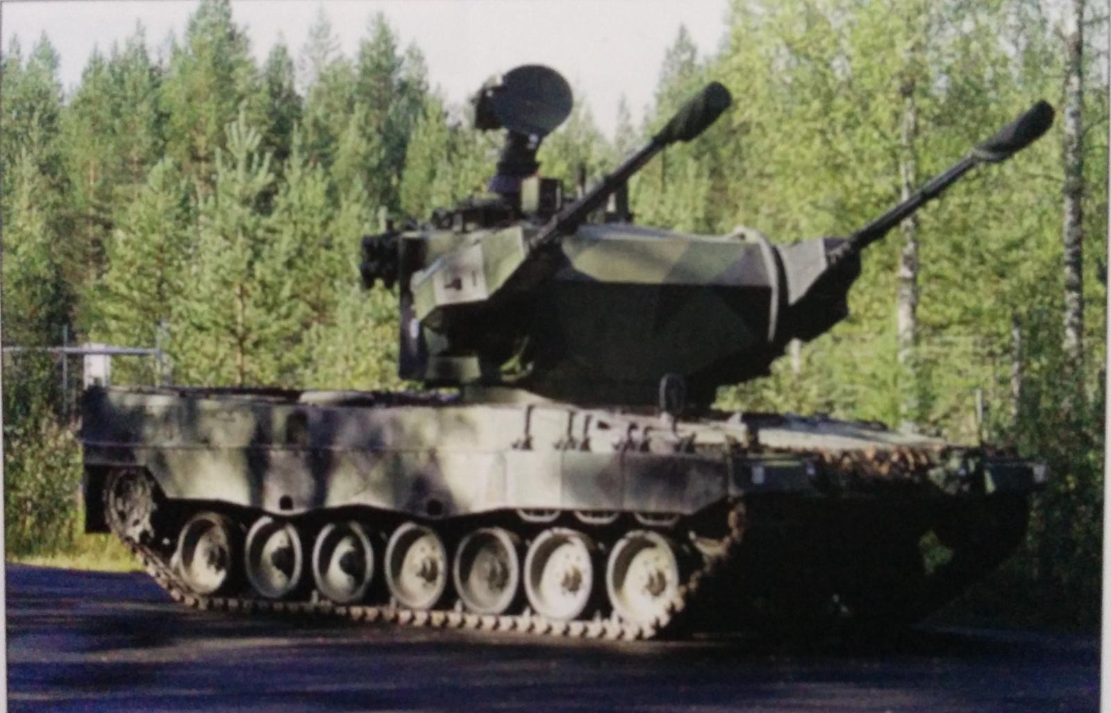 Опытный образец финской модернизированной 35-мм спаренной зенитной самоходной установки ItPsv 90 (Marksman), переставленной на шасси танка Leopard 2A4 (с) Panssari.