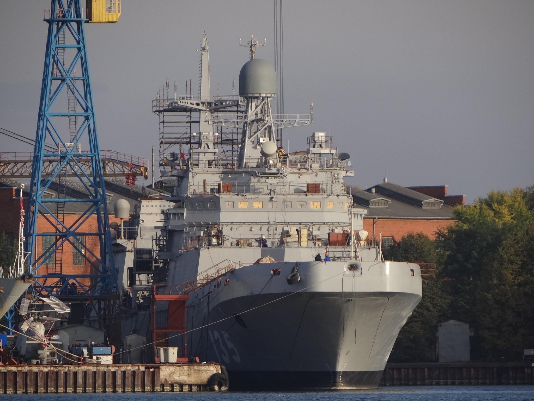 БДК проекта 11711 «Иван Грен» с нанесенным бортовым номером у стенки ПСЗ «Янтарь» в Калининграде, 14 октября 2015 г.