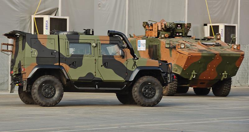 Легкая бронированная машина Iveco LMV и разработанный и производимый группой Iveco для бразильской армии бронетранспортер VBTP-MR Guarani (справа).