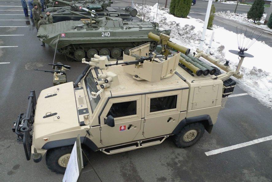 Легкая бронированная машина Iveco M65L19WM LMV вооруженных сил Словакии, оснащенная словацкой бронированной турелью SMV 01.
