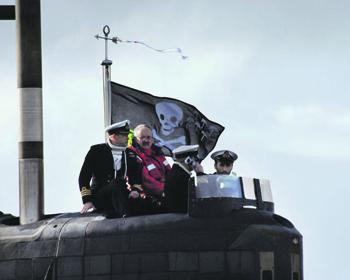 Издавна с боевой службы британские подводники возвращаются под «веселым Роджером». Фото с сайта www.defenceimagery.mod.uk
